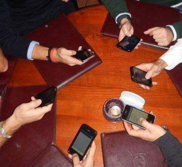 Los comensales y sus móviles